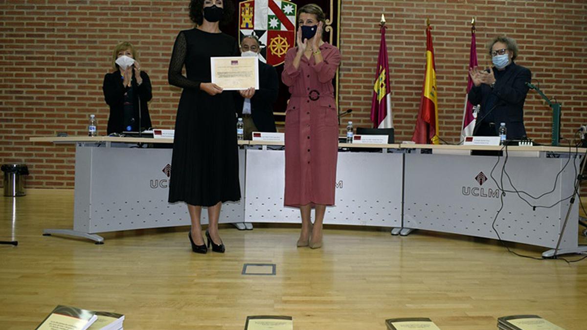La docente de la ULL, Sarai Rodríguez, recibe el premio de  manos de la ministra Yolanda Díaz (d).