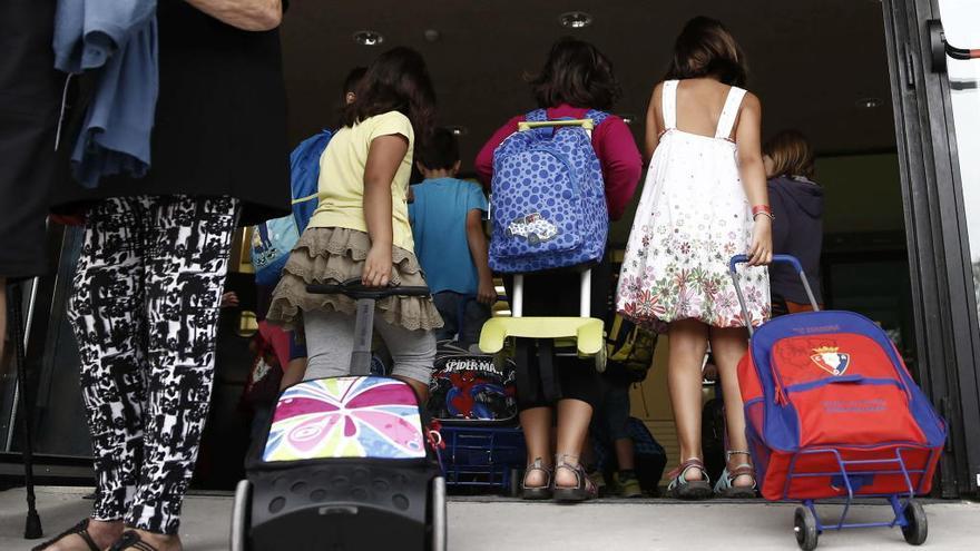 Niños que entran al colegio.