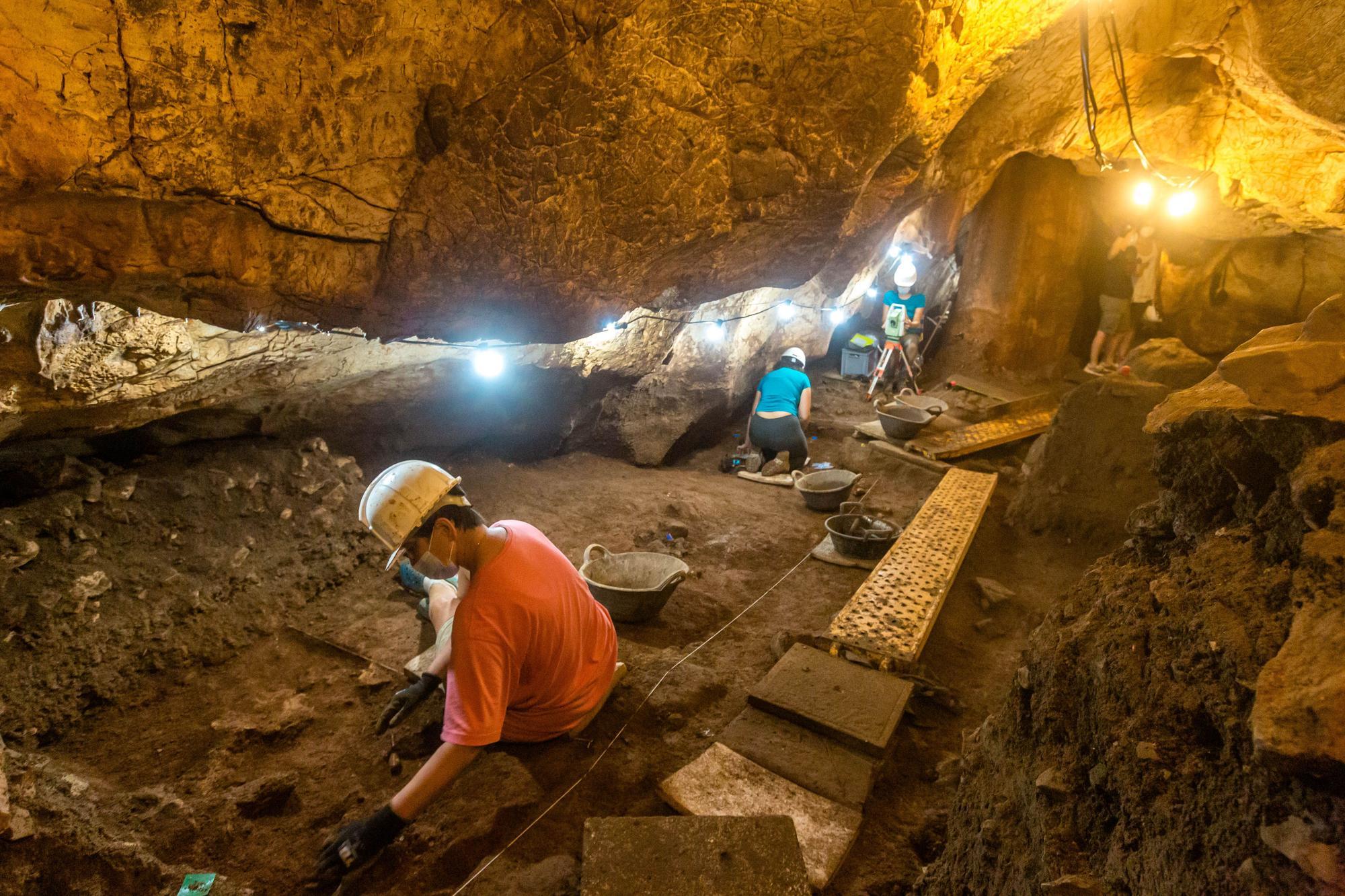 5.000 años enterrados en la Cova del Randero