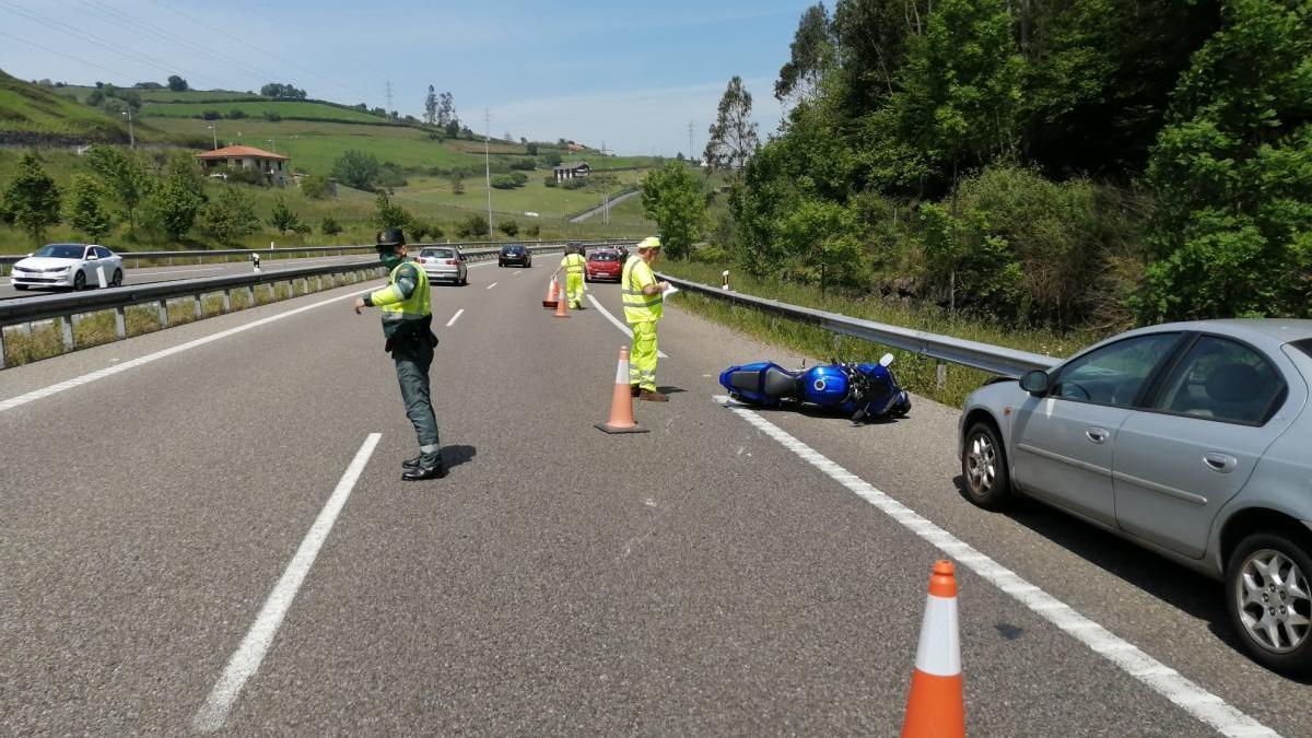 Un agente regula el tráfico en el lugar del accidente.