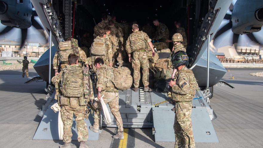 Tras veinte años de campaña militar, las últimas tropas británicas dejan Kabul