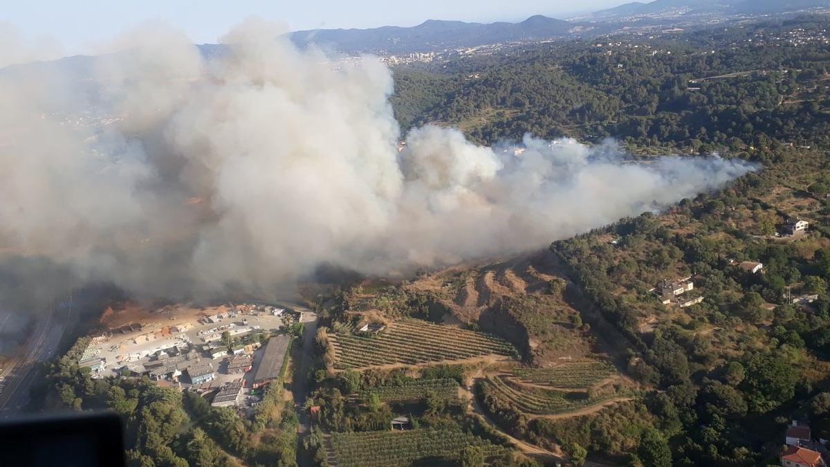 Imagen del incendio de Terrassa que afecta a unas 8 hectáreas.