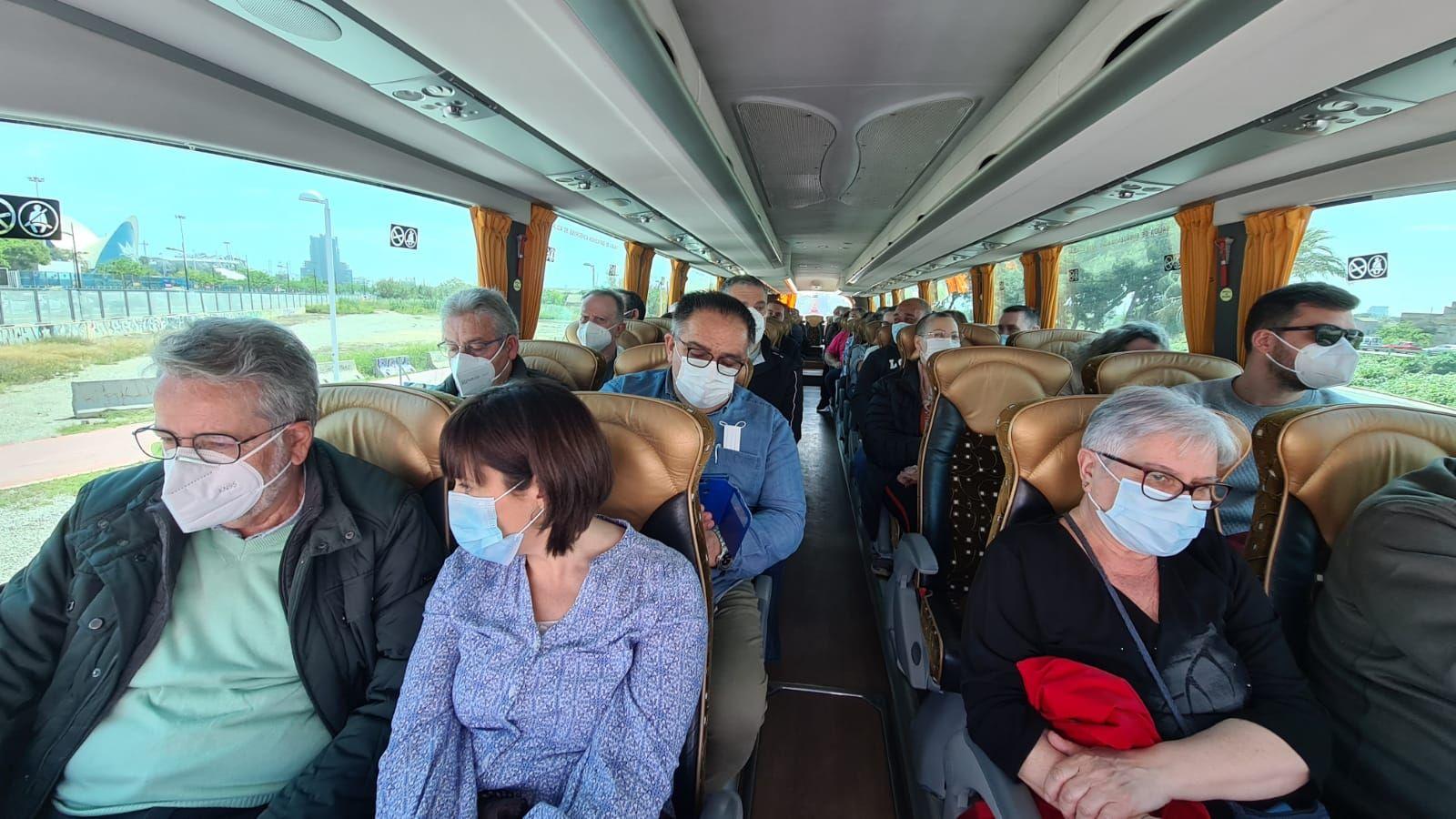 Interior del bus, con el alcalde de Albal y la vicealcaldesa de Catarroja.