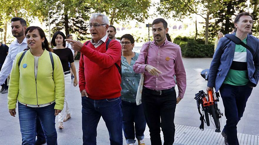 Ribó, en el centro, camina por la calle junto a los ediles de Compromís de València. | M.A.MONTESINOS