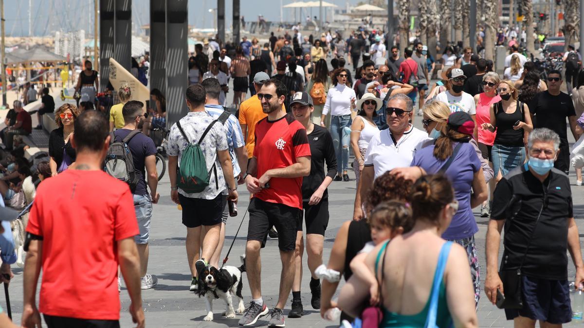 La gente pasea sin mascarilla por el paseo marítimo de Tel Aviv.