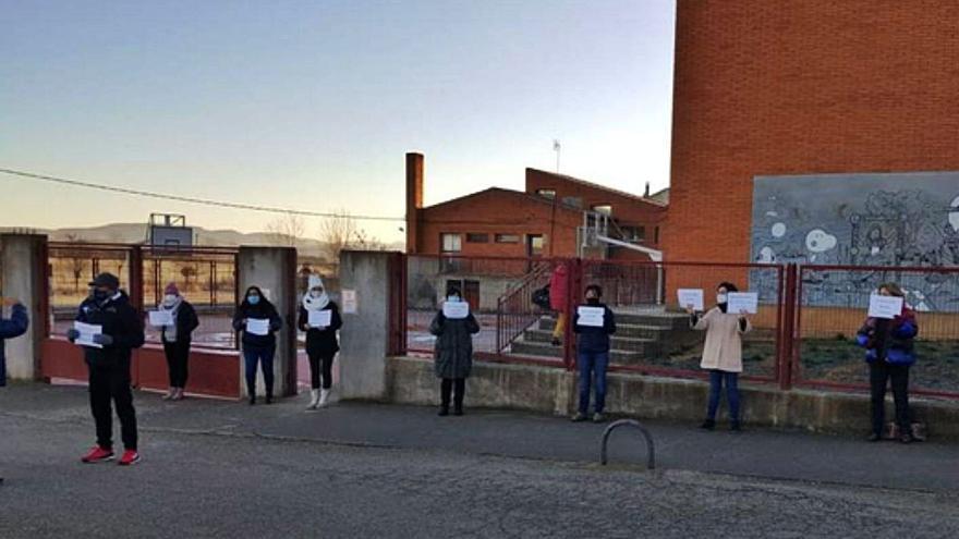 """Los padres del colegio de Santibáñez  piden que cese """"el baile de profesores"""""""
