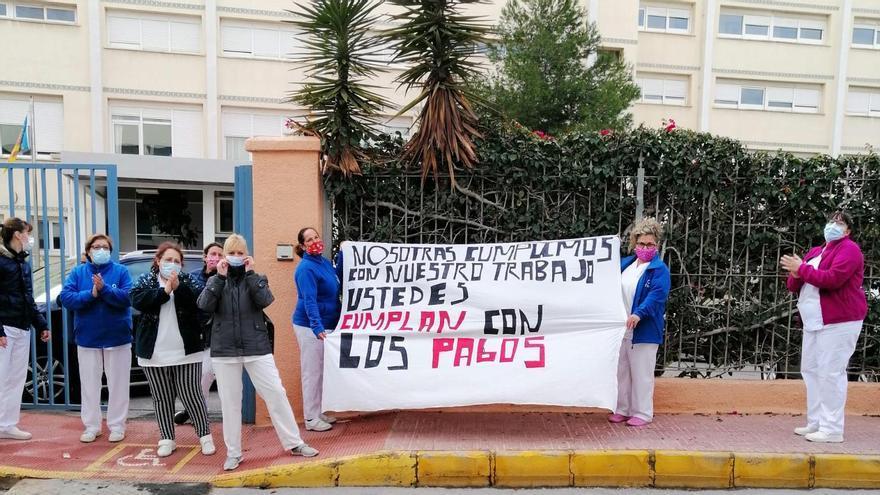 Protesta de las trabajadoras de la limpieza de la residencia pública de Torrevieja que llevan dos meses sin cobrar
