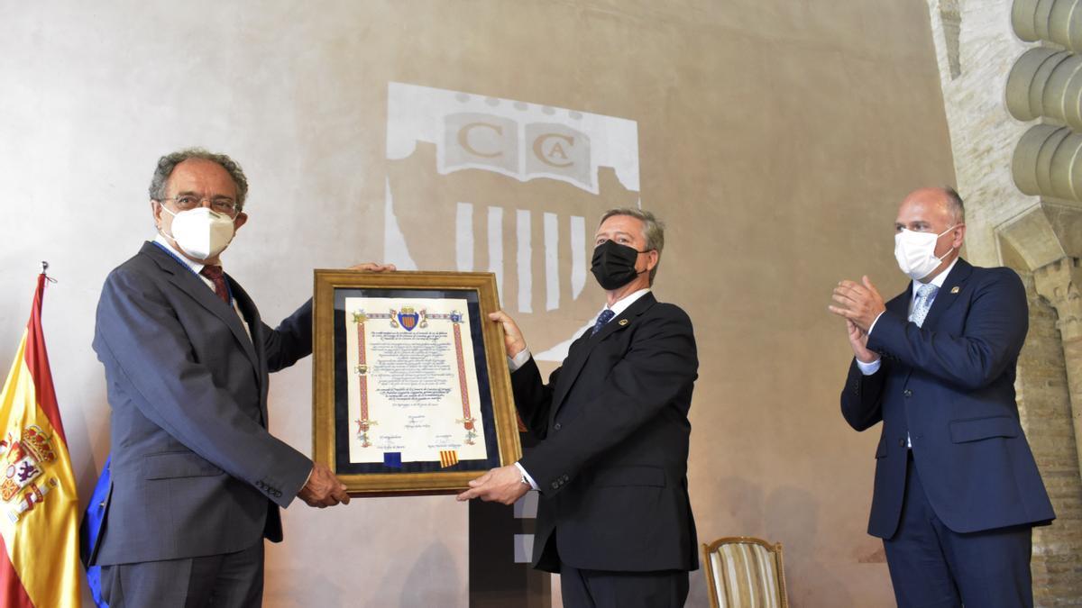 Laguarda recibe el diploma y la medalla de manos de Alfonso Peña, actual presidente de la Cámara de Cuentas.