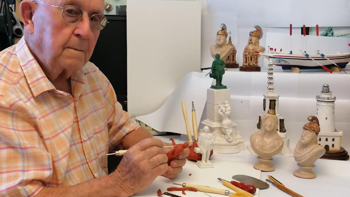 El artista malagueño, en plena tarea con las miniaturas.