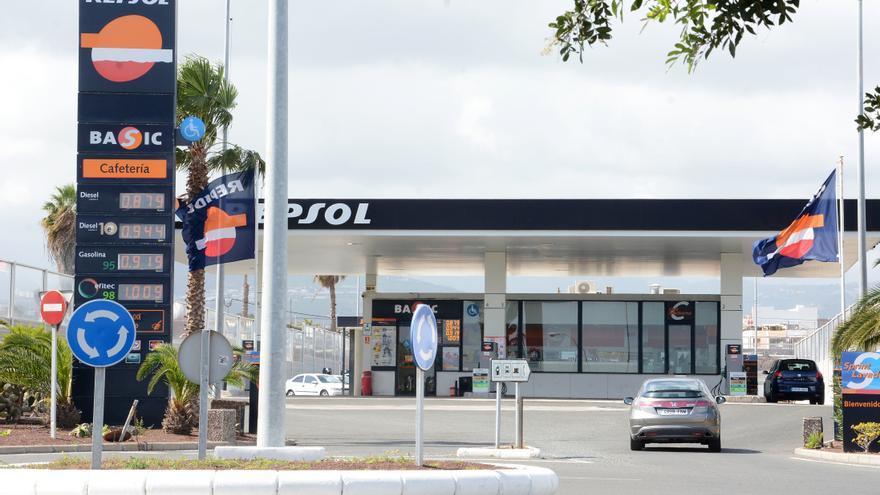 La subida de la gasolina se une a la de la luz y vacía el bolsillo de los isleños