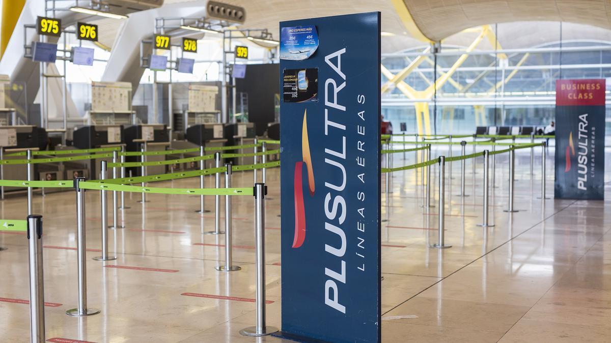 Un panel muestra información sobre vuelos de la aerolínea Plus Ultra