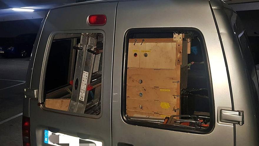 Alarma en Oviedo: unos asaltantes desvalijan una furgoneta en una garaje de Vallobín a la luz del día