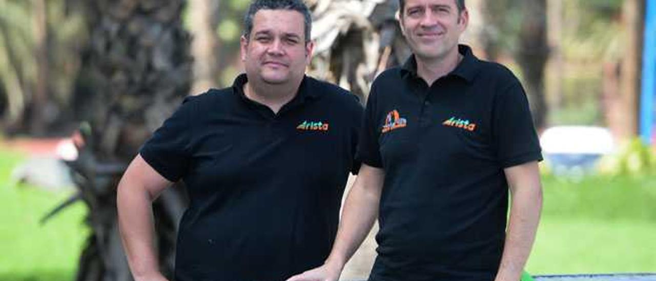 Aythami Saavedra (izda.) y Carlos González, jefe de Seguridad y director de carrera de la Transgrancanaria 2015.