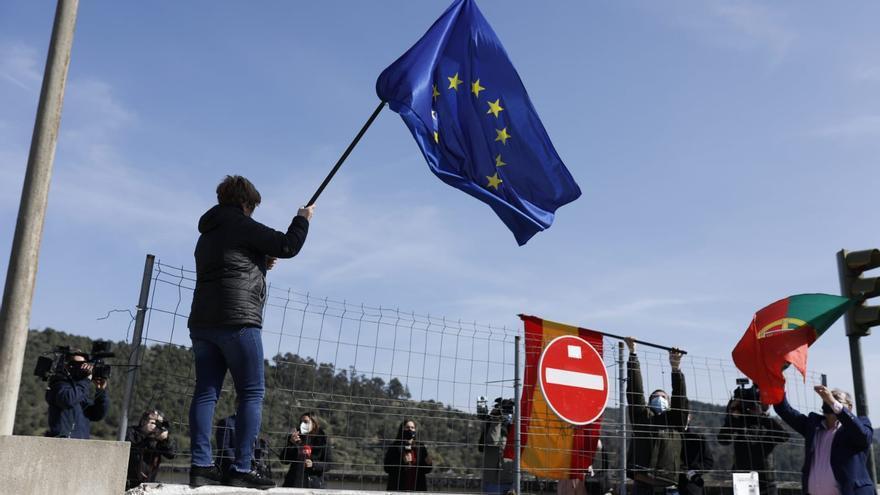 VÍDEO | Así se saludan las autoridades de Fermoselle y Bemposta para exigir la reapertura del paso fronterizo