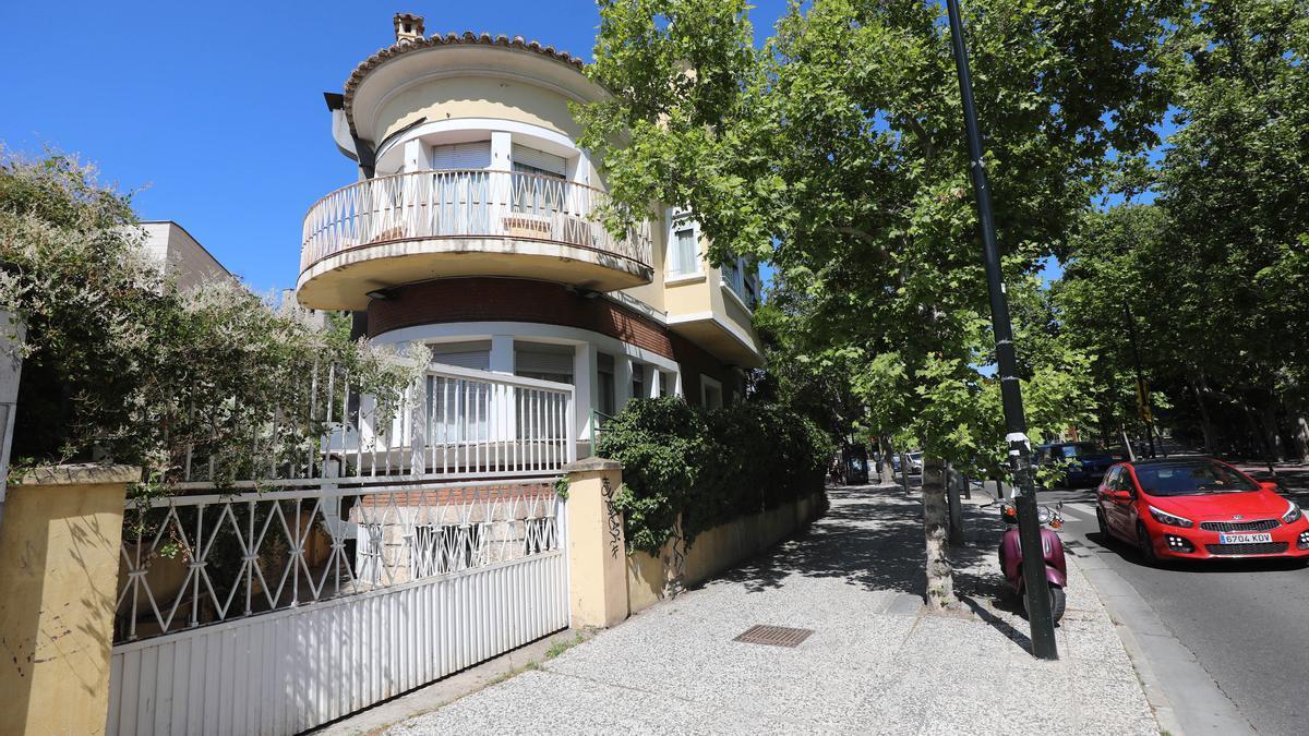 Vista exterior de la residencia de mayores La Inmaculada de Zaragoza, situada junto al Canal Imperial.