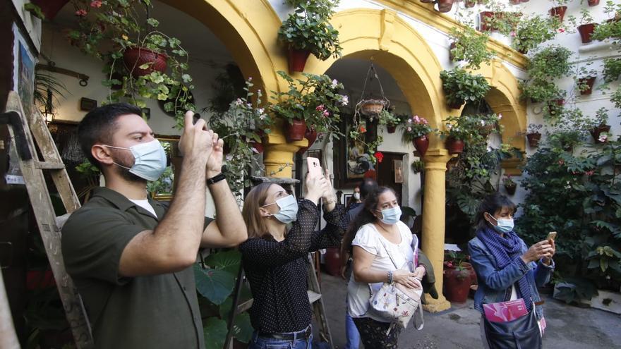 Los Patios de Otoño reciben un goteo constante de visitas sin grandes aglomeraciones