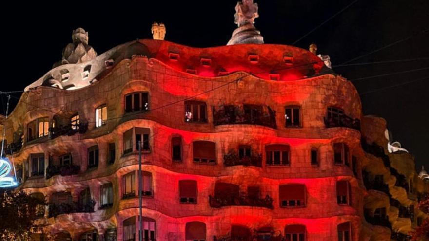 Edificis emblemàtics de Catalunya es tenyeixen de vermell per commemorar el dia Mundial de la Sida