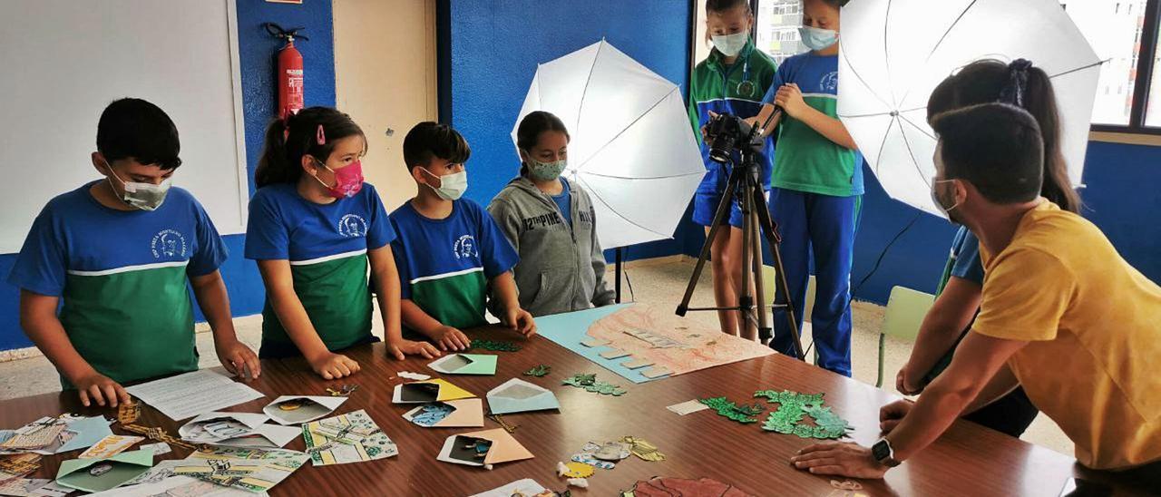 Algunos de los niños de cuarto de primaria del colegio Montiano Placeres montando el set para grabar su cortometraje 'Jinámar, ayer y hoy'. | | LP/DLP