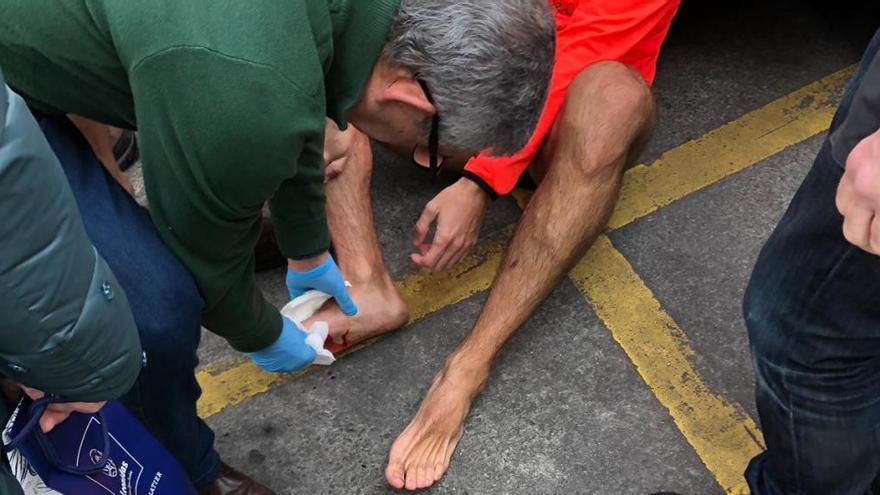 Caótica travesía a nado en Gijón: heridas y sangre en los pies de los nadadores que se cortaron con cristales arrojados al fondo del mar