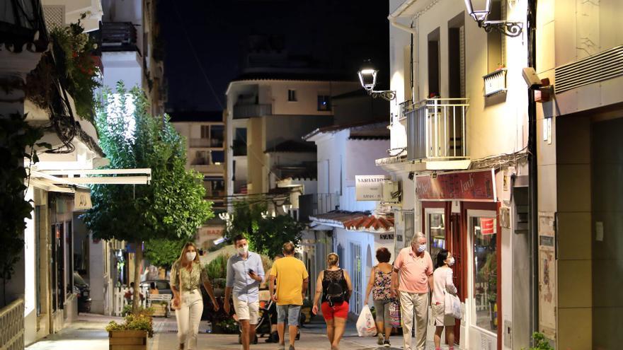 Marbella levanta 15 actas por incumplimiento y cierra  un local en la primera noche con toque de queda