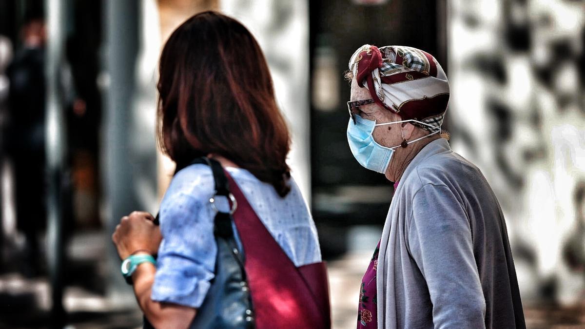 Dos mujeres pasean por las calles de Santa Cruz de Tenerife.