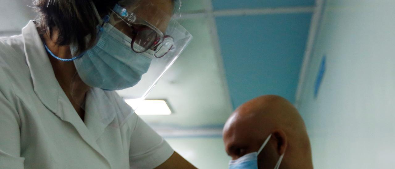 Un hombre recibe la vacuna cubana contra el coronavirus.