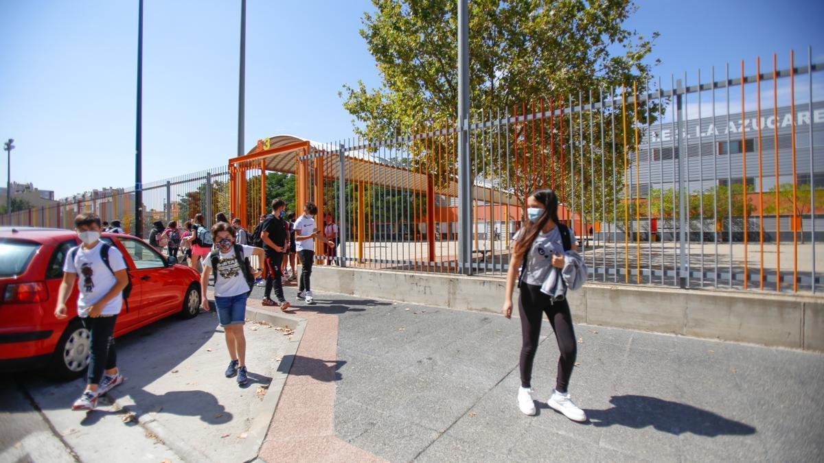 Estudiantes a la salida del IES La Azucarera de Zaragoza al inicio del curso pasado.