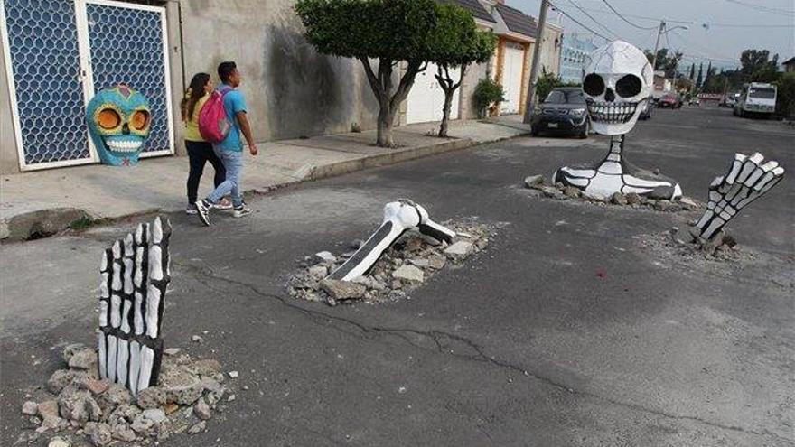 Calaveras gigantes emergen de las calles en México para celebrar el Día de Muertos