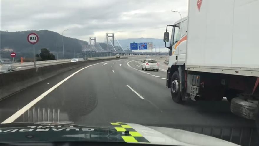 Así es el camión camuflado de Tráfico que recorre las carreteras gallegas