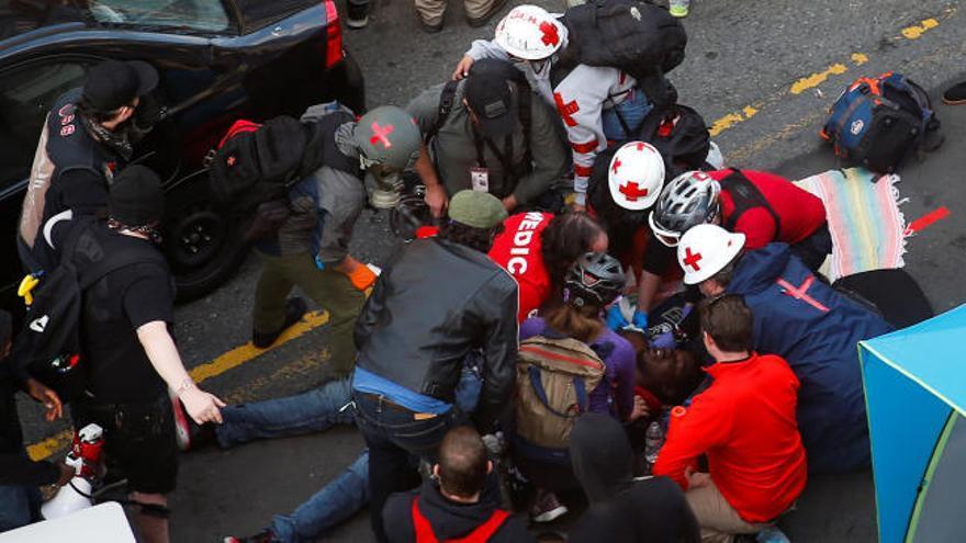 Un hombre arrolla con su coche a la multitud y dispara a un manifestante en Seattle