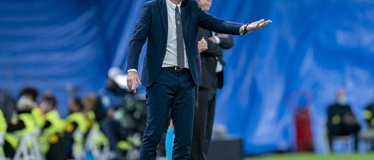 Emery da órdenes durante a sus jugadores durante el partido en el Santiago Bernabéu.