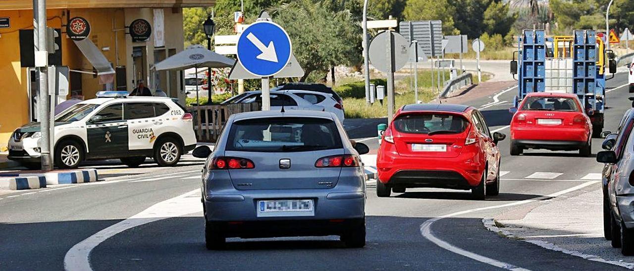 Actual travesía de la carretera nacional 332 en Favara, un nudo de tráfico que el municipio pretende transformar en una calle.