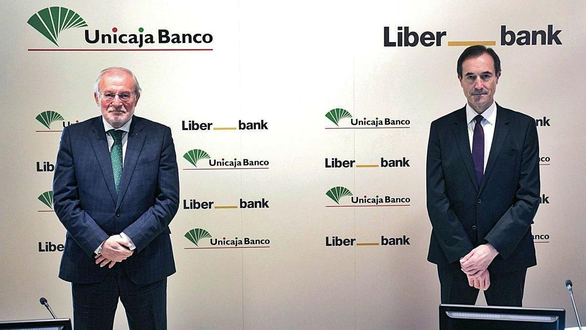 El presidente de Unicaja, M. Azuaga y el consejero delegado de Liberbank, M. Menéndez, ayer. | EFE