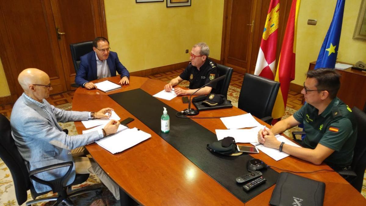 Reunión sobre la apertura de fronteras en la Subdelegación del Gobierno.