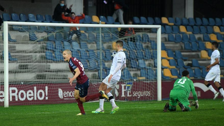 2-0 El Pontevedra se hace líder a costa del Salamanca en el último minuto