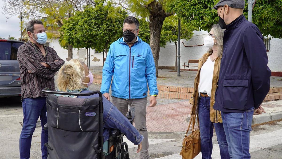 El concejal socialista Jorge Quero junto a vecinos de Camino Santa Inés