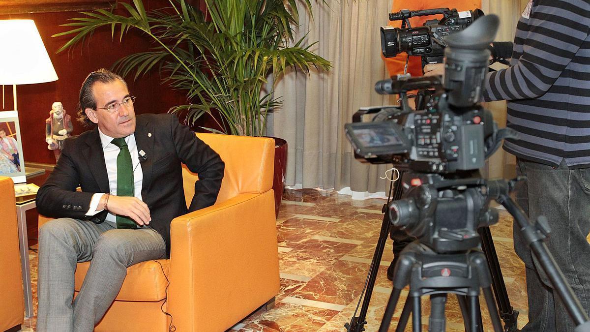 Arturo Torró, en su época de  alcalde, a punto de iniciar una  entrevista en Tele7.  levante-emv