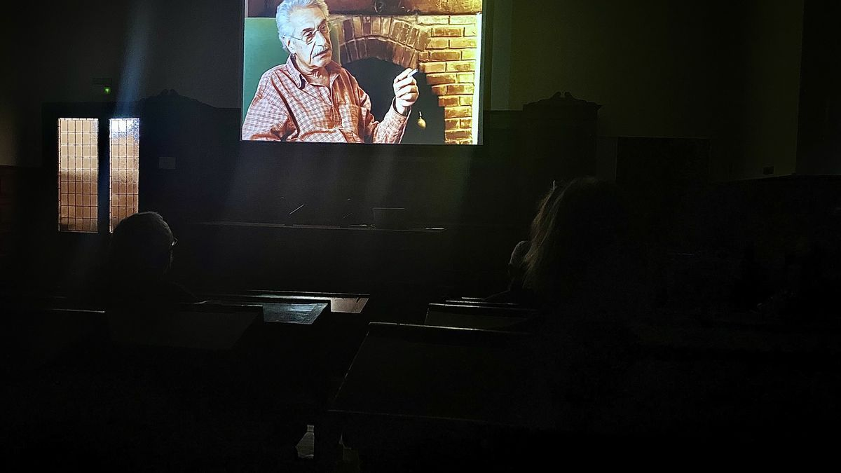 El Aula Magna de la Universidad, ayer, durante la proyección del documental de Jaime Herrero.   LNE