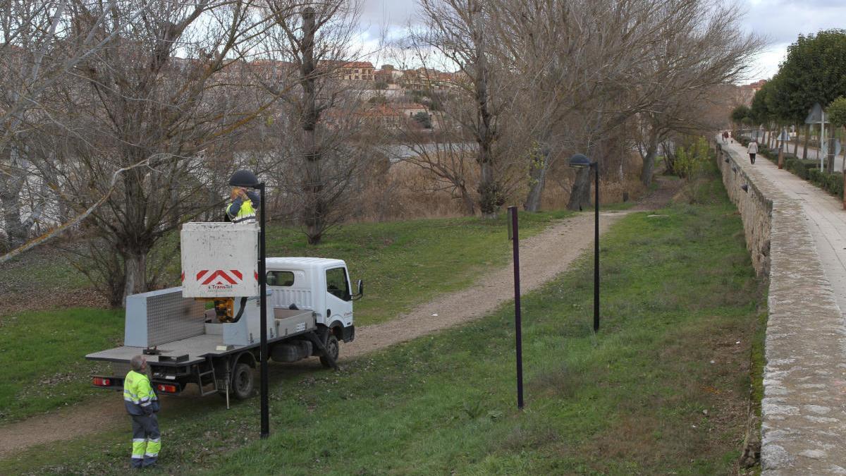 Antigua renovación de alumbrado público en las márgenes del río.