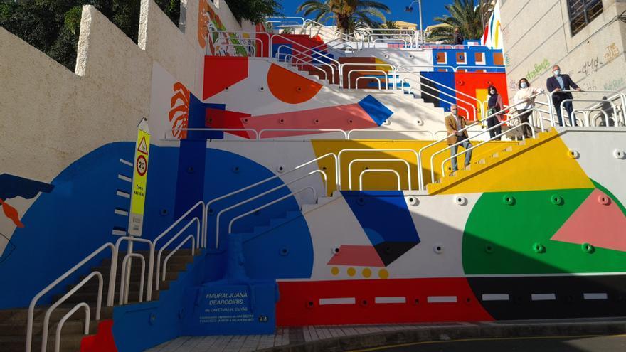 Un mural vertical adorna las escaleras del Paseo de Chil al colegio Giner de los Ríos