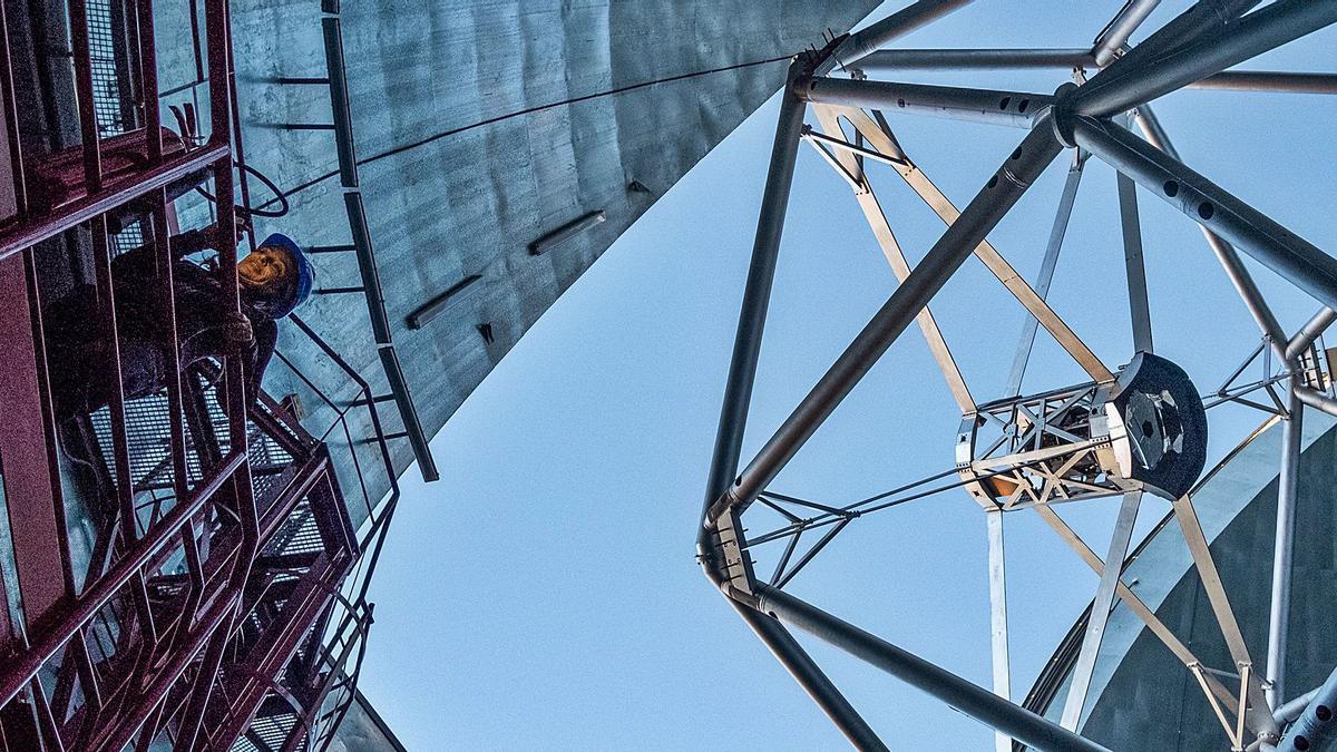 Una ingeniera trabaja en uno de los telescopios del Instituto de Astrofísica de Canarias (IAC) en La Palma.