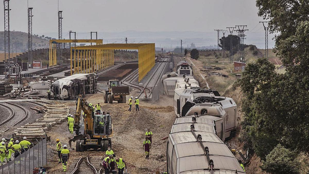 El tren siniestrado, minutos después de producirse el accidente. | Emilio Fraile