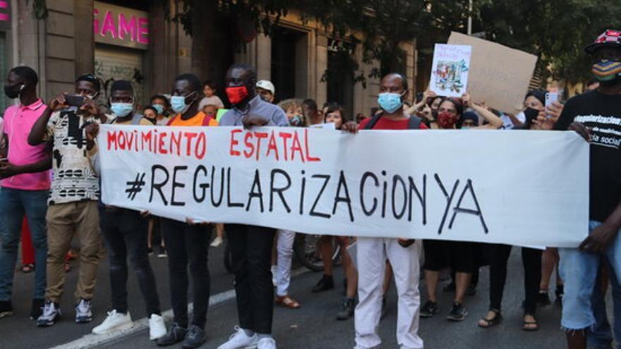 """Més d'un centenar de persones es mobilitzen a Barcelona per reclamar """"llibertat de moviment"""" pels refugiats i migrants"""