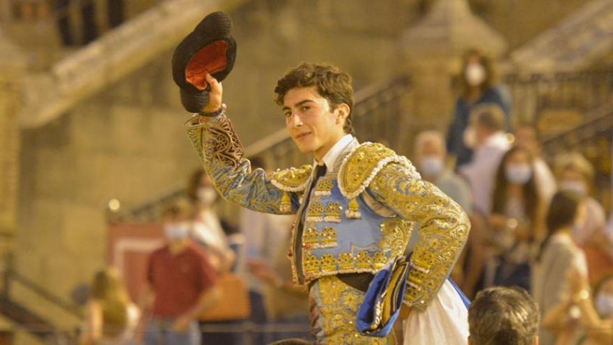 La terna de debutantes en Sevilla desperdicia, aun con orejas, una novillada de lujo