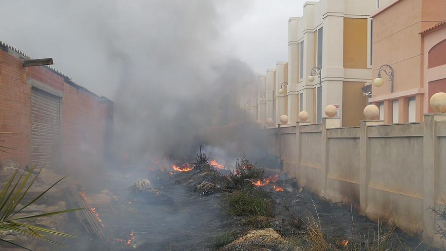 Los bomberos sofocan un incendio junto a un centro comercial en El Campello