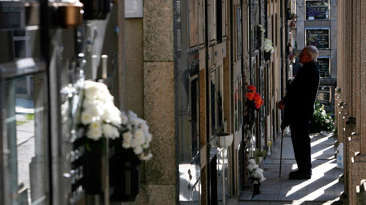 Un hombre acude al cementerio de Bouzas, en Vigo
