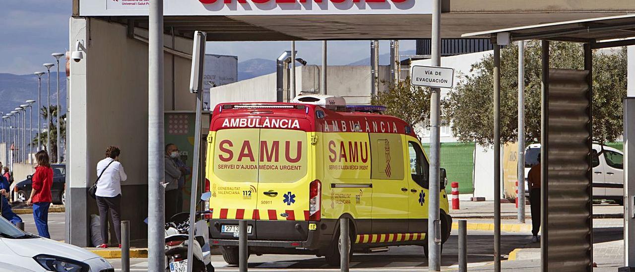 Una ambulancia llega al área de Urgencias del hospital, en una imagen de archivo. | PERALES IBORRA