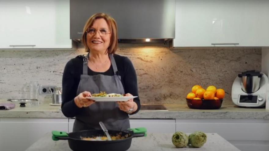 Esta alcaldesa de Castellón enseña a cocinar 'a lo Arguiñano' una receta típica de su ciudad