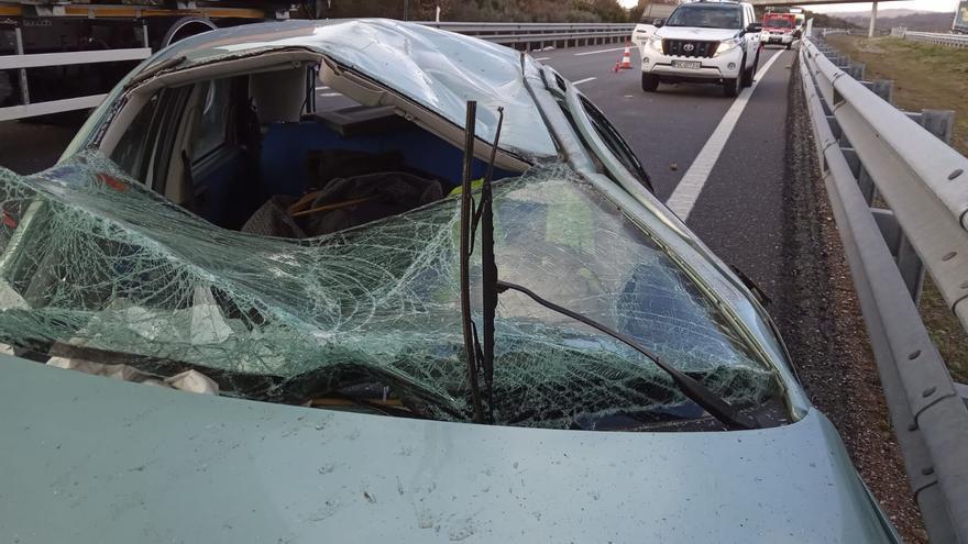 Bomberos de Rionegro evacuan a dos mujeres atrapadas en un vehículo tras un accidente en la A-52