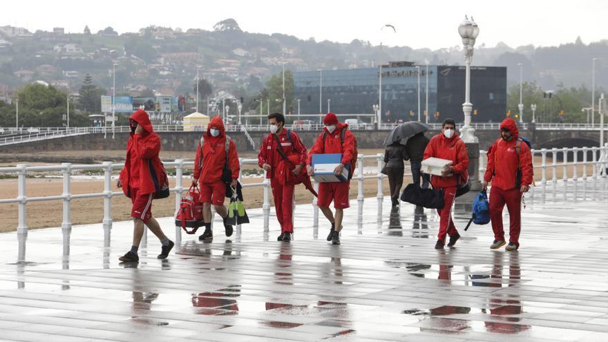 Las playas urbanas izan la bandera de los baños: Consulta aquí los días y horarios de salvamento en Gijón